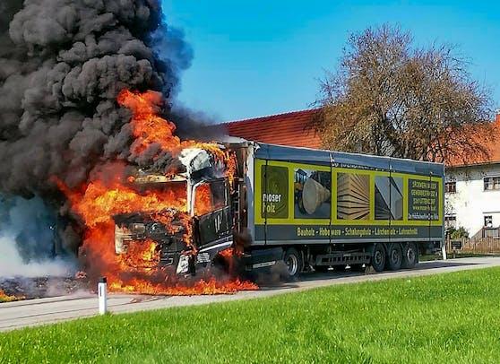 Ein mit Altpapier beladener LKW geriet in Oberedt (Bez. Vöcklabruck), in der Nähe von Frankenburg, in Brand.
