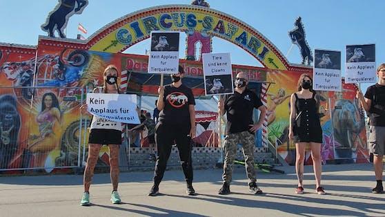 VGT-Aktivisten demonstrierten am Dienstag gegen den Circus Safari am Verteilerkreis.