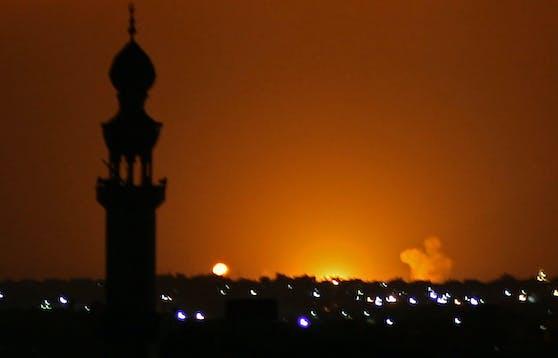 Rauch und Flammen waren nach einem israelischen Luftangriff in der Stadt Khan Yunis im südlichen Gazastreifen am 16. September zu sehen.
