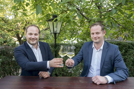 Der Döblinger Bezirks-Chef Daniel Resch (ÖVP, l.) und sein Bruder Klemens Resch (FPÖ).