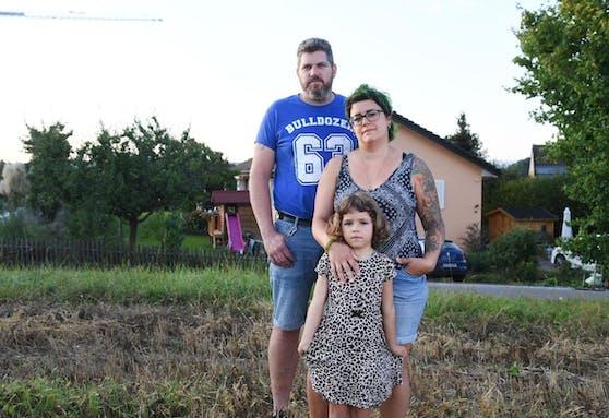 Die Familie Kreuzer auf einem Feld vor ihrem Haus in Flaach. Ihr Sohn Max starb mit 14 Monaten.