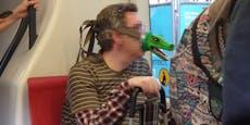 Wiener trägt Krokodil-Kopf als Schutzmaske gegen Corona