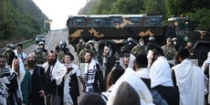 Ultraorthodoxe jüdische Pilger harren an Grenze aus