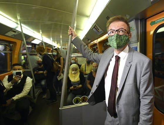 Gesundheitsminister Rudolf Anschober während eines Lokalaugenscheins zur erweiterten Maskenpflicht in der U-Bahn.