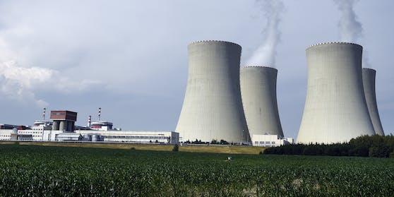 Das Kraftwerk liegt in der Nähe des Dorfes Temelín, rund 50 km von der österreichischen Grenze entfernt.