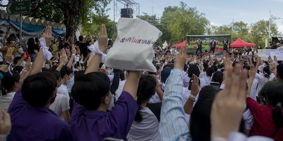 Die Demonstranten fordern nicht nur eine neue Verfassung und Neuwahlen, sondern verlangen auch ein Ende der Einschüchterung von Bürgern.