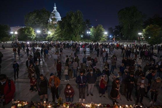 Menschen versammelten sich, um den Tod der Richterin des Obersten Gerichtshofes Ruth Bader Ginsburg auf den Stufen vor dem Obersten Gerichtshof zu betrauern