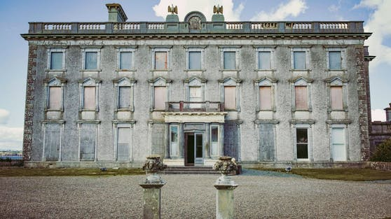 Die Loftus Hall befindet sich im Südosten von Irland auf einem über 250.000 Quadratmeter großen Grundstück.