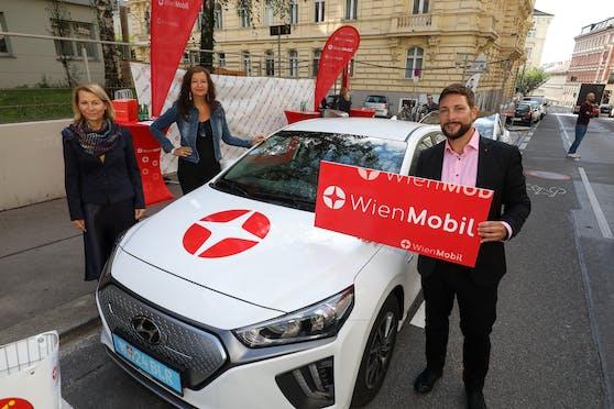 Wiener Linien-Geschäftsführerin Alexandra Reinagl, Öffi-Stadträtin Ulli Sima und Bezirkschef Markus Rumelhart bei der Eröffnung der neuen WienMobil-Station in Mariahilf.