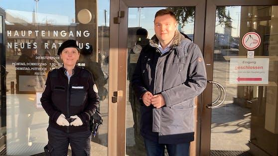 Stadtrat Raml mit einer Ordnungsdienst-Mitarbeiterin vor dem Linzer Rathaus