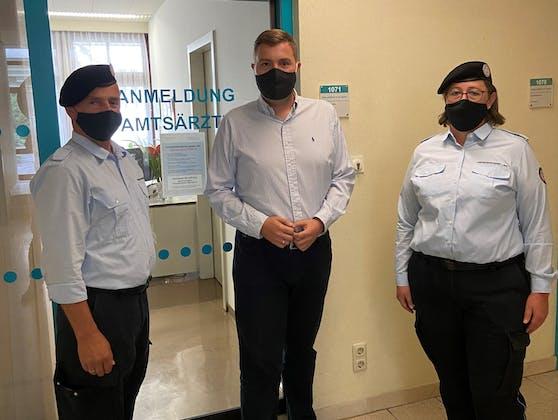 FPÖ-Stadtrat Raml mit den zwei Ordnungsdienstmitarbeitern, die die mutmaßliche Randale beendet haben.
