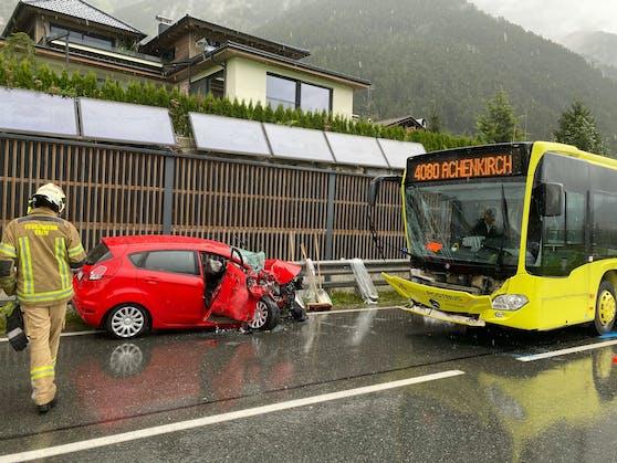 Die Kollision zwischen einem Auto und einem Linienbus auf der B 181.