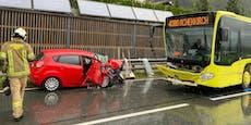 Linienbus und Auto bei Unfall in Tirol zertrümmert