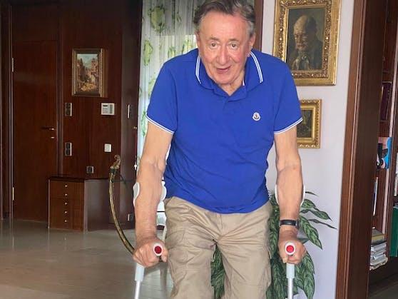 Mit dem Gehen hat Richard Lugner noch Schwierigkeiten, Krücken helfen ihm dabei