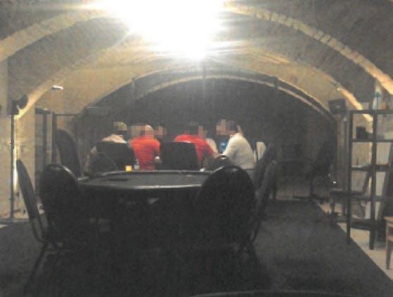 """In einem Wohnhaus-Keller in Wien-Landstraße fanden illegale Pokerrunden statt. Der Pokerkeller war auch ein Drogenumschlagplatz. Nach einer Razzia von Finanzpolizei und LPD Wien heißt es nun """"game over""""."""