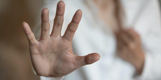 Ein Orthopäde soll gegenüber zwei Frauen sexuell übergriffig geworden sein. (Symbolbild)