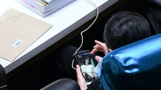 Der Politiker sah sich während einer Budgetdebatte einen Sex-Film an.