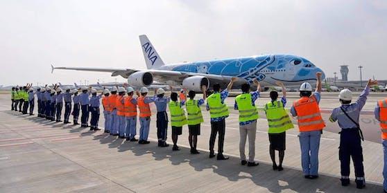 Mitarbeiter verabschieden einen Rundflug der ANA