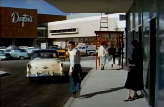 Am 8. Oktober 1956 wurde in Edina im US-Bundesstaat Minnesota mit dem Southdale Center die weltweit erste Shopping-Mall der Welt eröffnet.