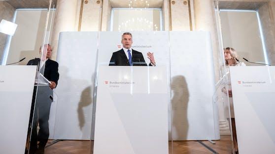 vlnr.: Leiter des Markt- und Meinungsforschungsinstituts OGM, Wolfgang Bachmayer, Innenminister Karl Nehammer (ÖVP) und Frauenministerin Susanne Raab (ÖVP).