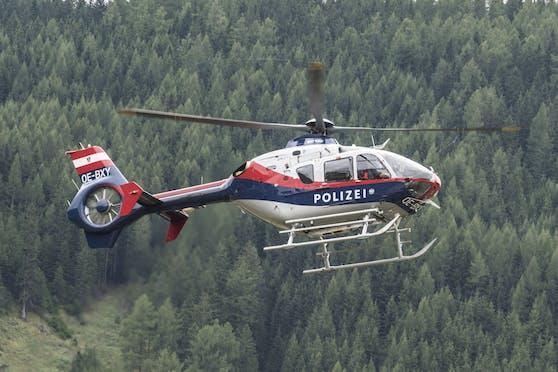 Auch ein Polizeihubschrauber ist im Einsatz. (Symbolbild).