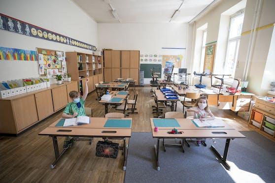 Die Schulen blieben weiter zu, und in Oberösterreich werden die Semsterferien noch vorne verlegt.