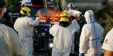 Feuerwehr in Schutzanzügen holt Corona-Patienten ab