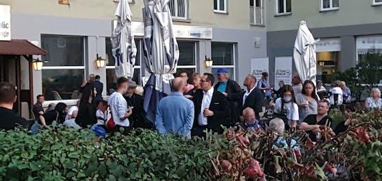 HC Strache geht in seiner Nachbarschaft auf Stimmenfang