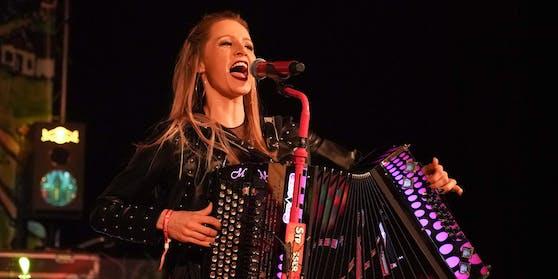 Melissa Naschenweng mit ihrer steirischen Harmonika - beim Amadeus-Auftritt blieb das gute Stück