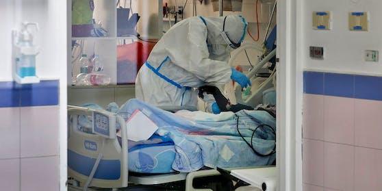In einer Klinik in Sachsen fehlt es mittlerweile an Beatmungsbetten, was die Ärzte zu drastischen Entscheidungen zwingt. (Symbolbild)