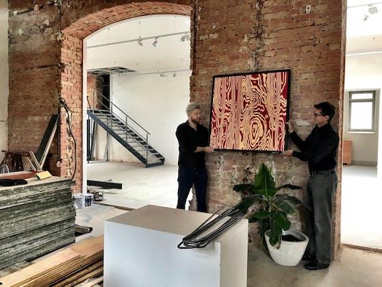 Camillo Stepanek (l.) und Paul Blazek mit Kunstwerk in der Brotfabrik