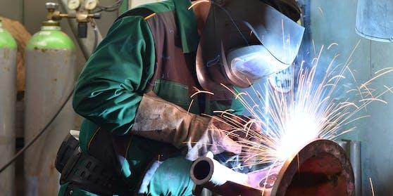 Überraschend schnelle Einigung bei der Metaller-Lohnrunde: Ab November gibt es 1,45 Prozent mehr Lohn.