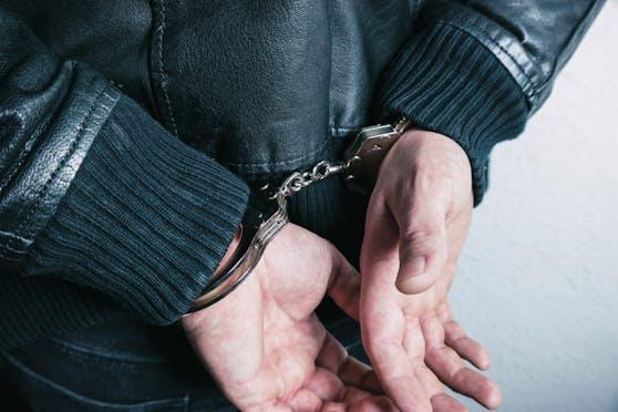 In Linz wurde ein Trio festgenommen, es hatte einem 35-Jährigen Kapperl und 500 Euro geraubt.
