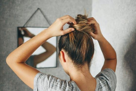 Angriff auf Haare der Frau