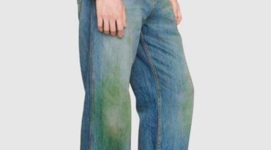 Bei Gucci kann man jetzt Naturnähe tanken. Mit einer Gras-befleckten Jeans um nur 680 Euro.