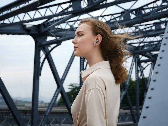 Ausgestattet mit der intelligenten Dynamic Noise Cancellation (DNC) reduzieren die HUAWEI FreeBuds Pro die Umgebungsgeräusche intensiv und sorgen für ungestörten Musikgenuss.