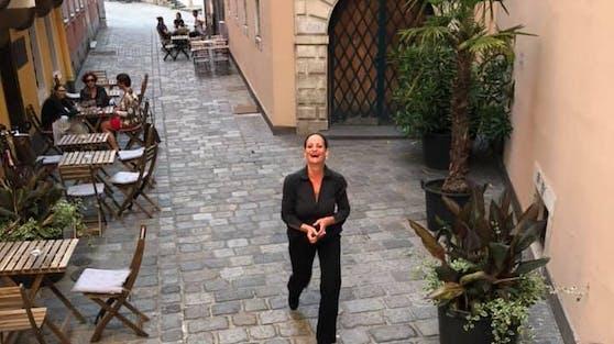 Alexandra Pervulesko vor ihrem in Linz einmaligen Badcafe: Tägliche Live-Musik auf höchstem Niveau bei freiem Eintritt gibt's nur hier.