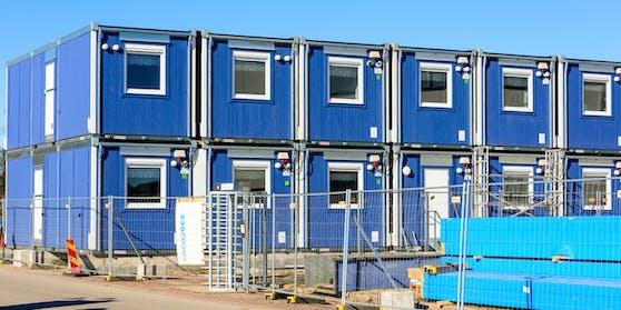 Symbolbild von blauen Containern auf einer Baustelle