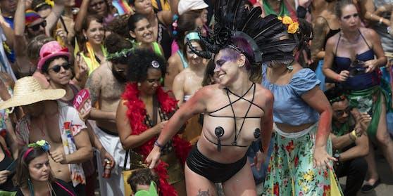 Beim Karneval von Rio feiern jedes Jahr Millionen von Menschen in den Straßen und an den Stränden.