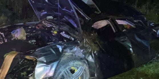 Der 20-Jährige Lenker konnte sich schwer verletzt noch selbst aus dem Auto befreien.