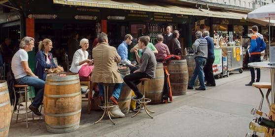 Lokal-Gäste am Wiener Naschmarkt.