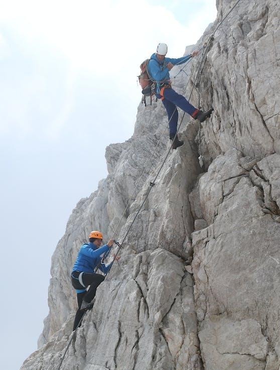 Drei CEO Jan Trionow beim Dachstein-Aufstieg mit Bergführer.