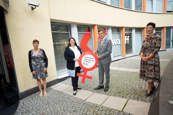 Die Stadt Wien erhöht das Budget für die Frauenförderprogramme des waff um 1,3 Millionen Euro auf insgesamt 10 Millionen Euro. (v.l.n.r.: waff-Kundin Klaudija Leisentritt, Frauenstadträtin Kathrin Gaal, Finanzstadtrat Peter Hanke und Monika Nigl, Leiterin des Beratungszentrums im waff)