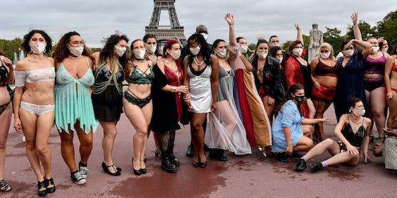 Diese Demonstrantinnen gehen gemeinsam durch dick und dünn!