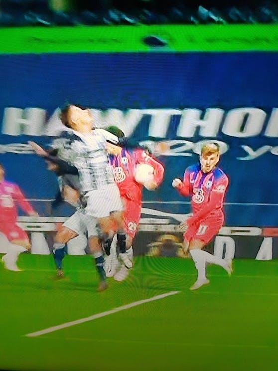 Havertz stoppt den Ball mit der Hand, das folgende 3:3 von Chelsea zählt trotzdem.