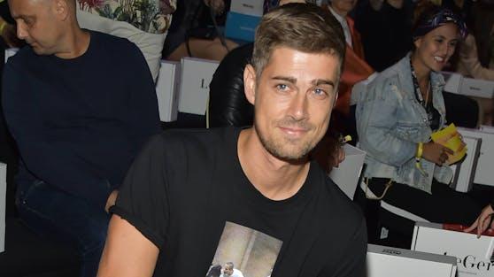 Im Juli wurde der deutsche Filmemacher Dustin Schöne zum ersten Mal Vater: Seine Tochter Zoe krönt sein Familienglück mit Model Lena Gercke.