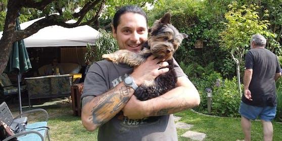 Roland kümmerte sich um seinen verletzten Hund.
