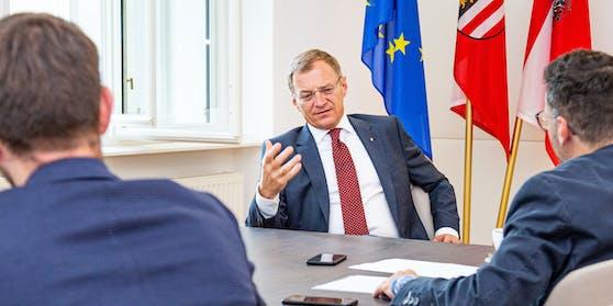 """OÖ-Landeshauptmann Thomas Stelzer im Interview mit den """"Heute""""-Reportern Peter Reidinger und Armin Bach"""