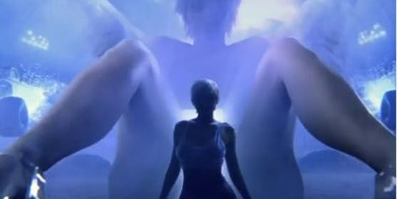 Im Video wird Kylie Jenner (Mitte) von ihrer übergroßen Schwester Kim Kardashian geboren.