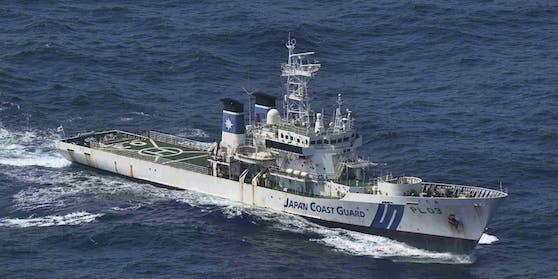 Die japanische Küstenwache sucht derzeit nach dem verschollenen Frachter.
